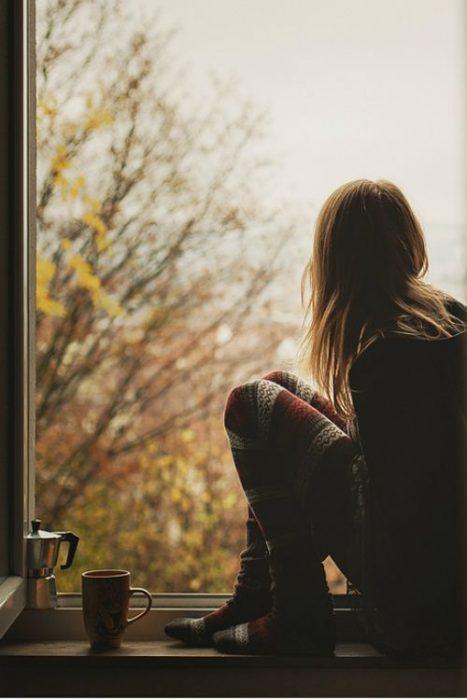 chica en la ventana pensando