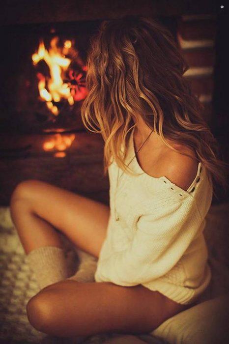 Chica frente a la chimenea