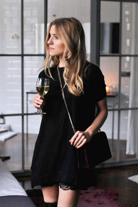 chica bebiendo una copa de vino en su casa