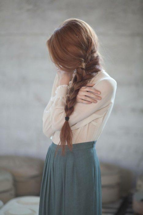 Chica abrazándose sola