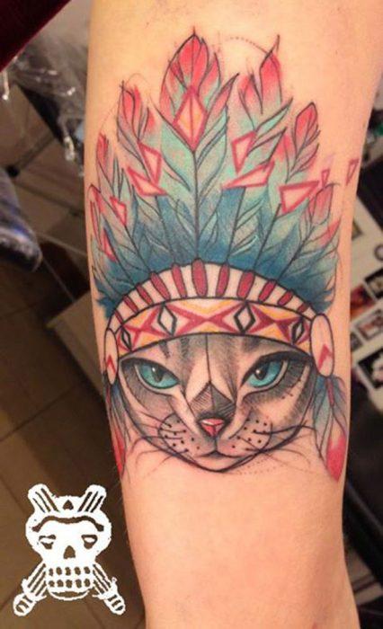 gato apache tatuado al estilo acuarela