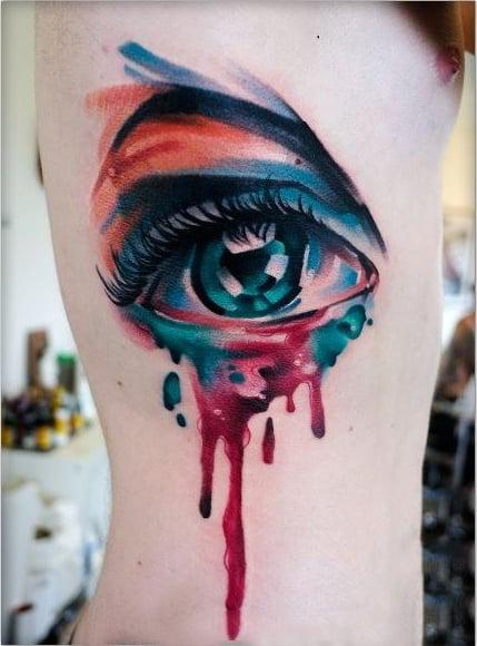 Ojo tatuado al estilo acuarela