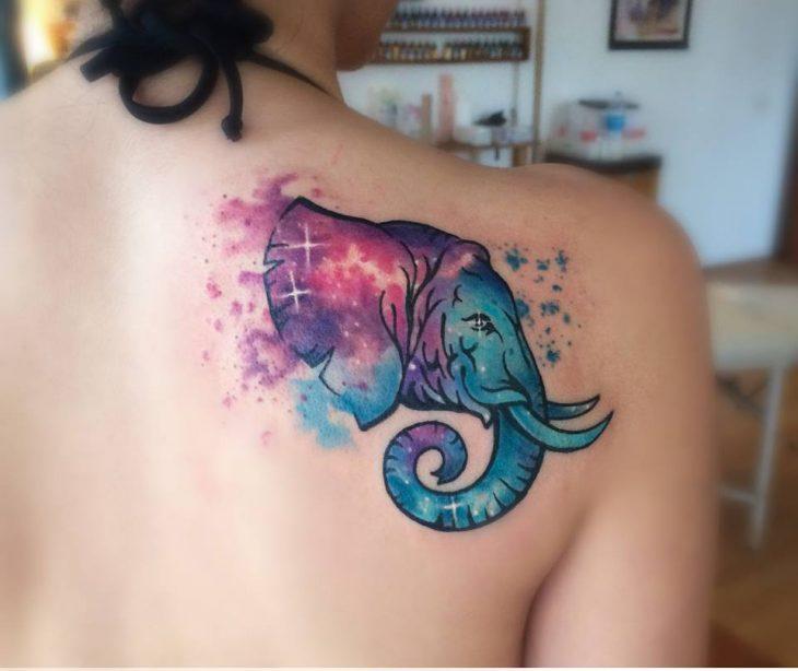 Elefante tatuado al estilo acuarela
