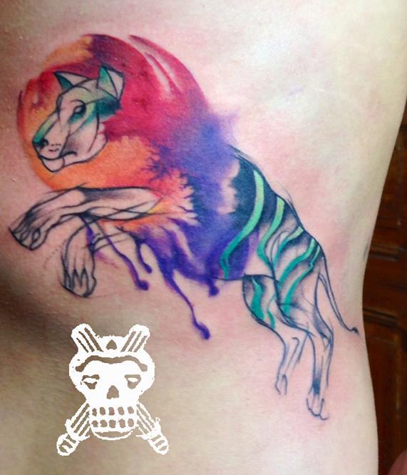león tatuado al estilo acuarela
