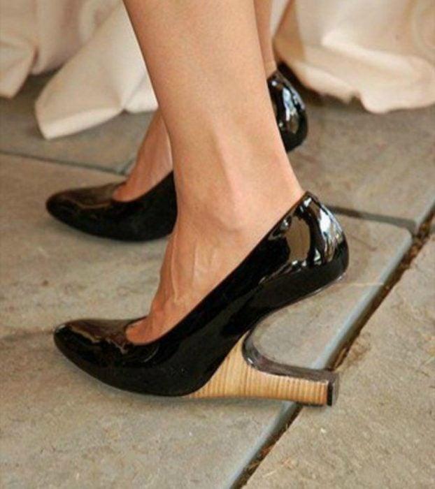 zapatos negros con el tacón invertido