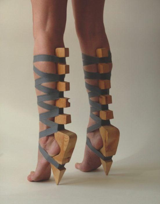 zapatos de madera atados con cintas y sin suela