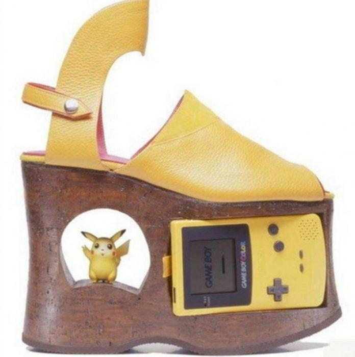 zapato que en la suela tiene un game boy