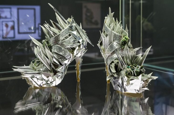 zapatos de forma extraña con picos