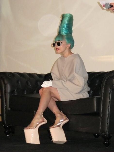 Lady Gaga usando unos zapatps de plataforma y correas trasparentes