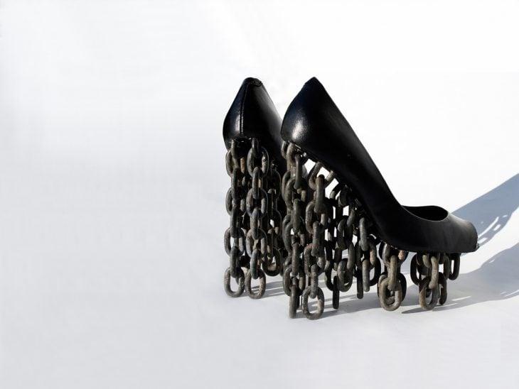 zapatos negros que tienen cadenas en la plataforma