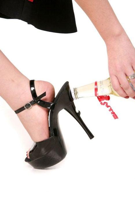 zapatos negros que en el tacon pueden abrir una botella