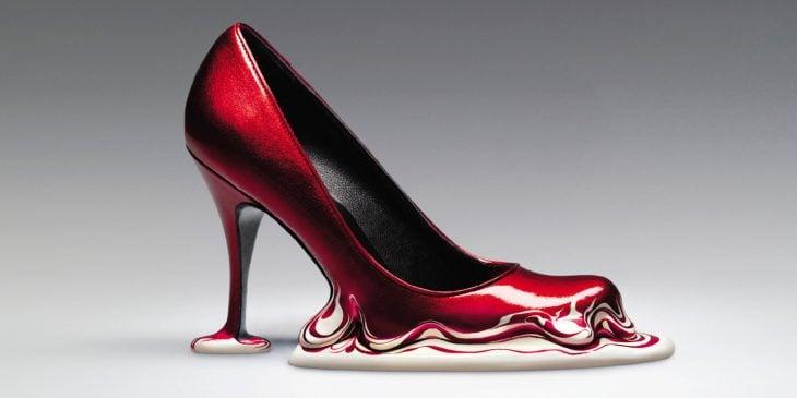zapatos rojos que dan la ilusión de que están derretidos