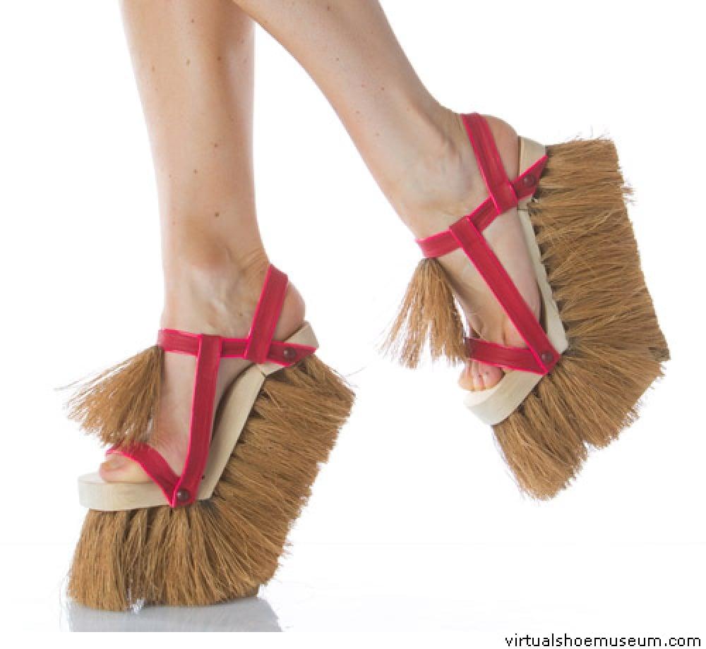 zapatos con tacon y plataforma en forma de un cepillo para fregar el suelo