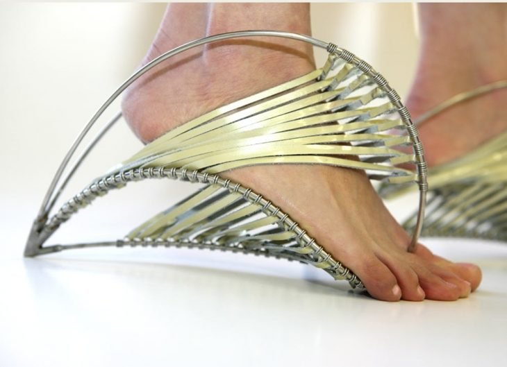 zapatos en forma de alambres con hilos