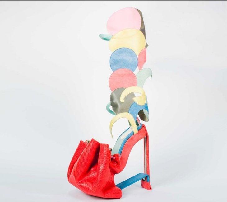 zapatos con bolsas de colores