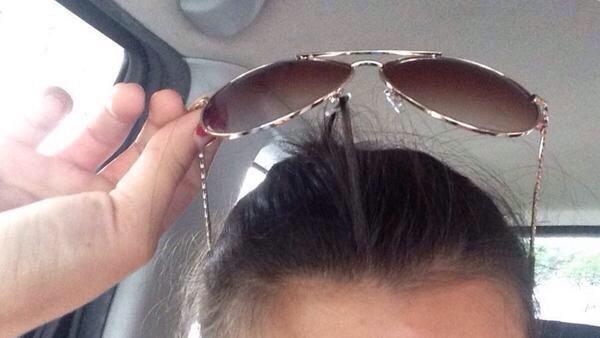 lentes de una mujer atorados en su cabello