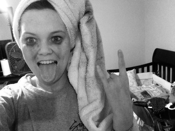 chica con el rimel corrido usando una toalla de baño en la cabeza