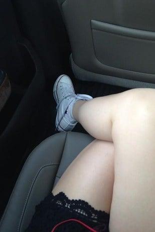 piernas de una mujer cruzadas