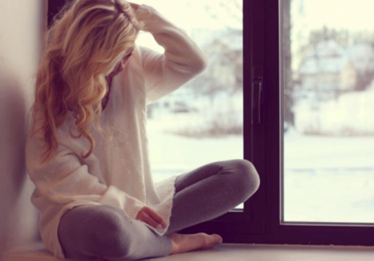 chica sentada cerca de una ventana