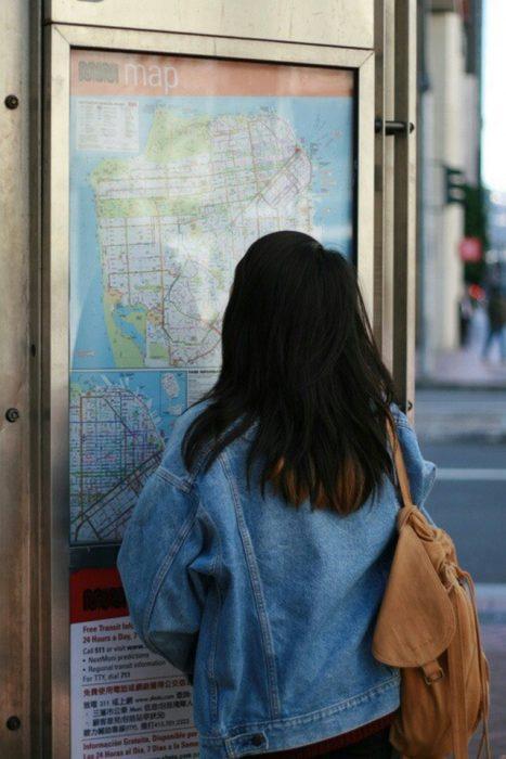 mujer viendo un mapa en un anuncio publicitario
