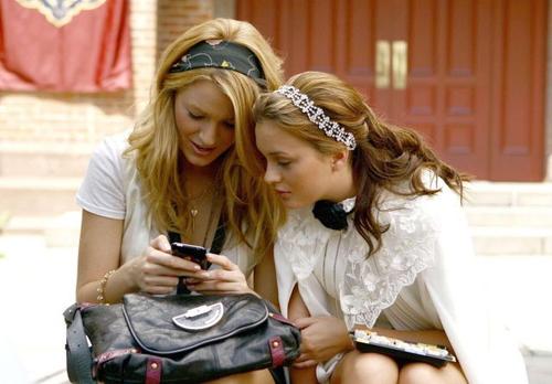 chicas enviando mensajes con un celular