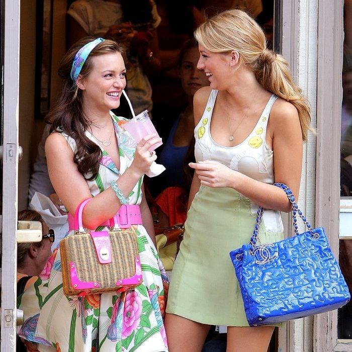 amigas riendo y tomando un helado