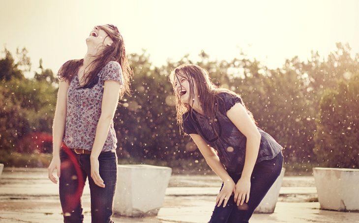 chicas riéndose en la luvia