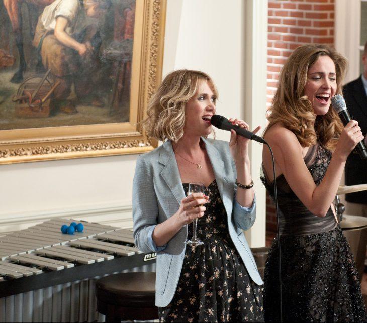 chicas cantando con microfonos y bebiendo en una boda