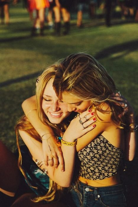 chicas abrazadas riendo felices