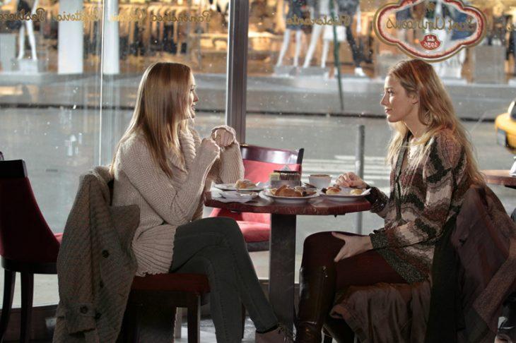 chicas en una cafetería desayunando y conversando