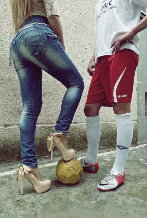 chica con balón de fútbol y tacones