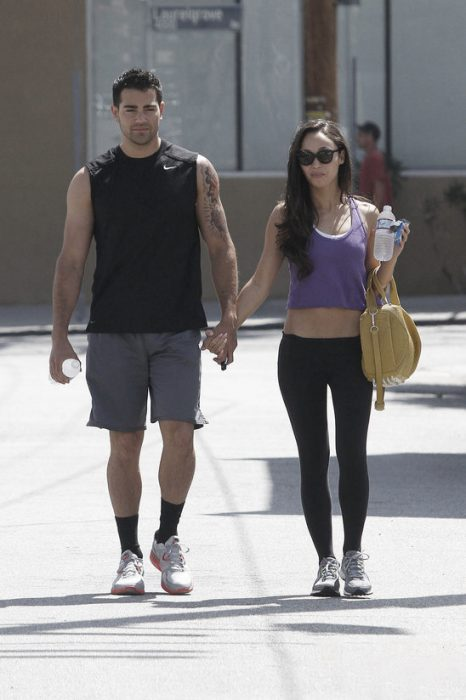 pareja deportista caminando por la calle