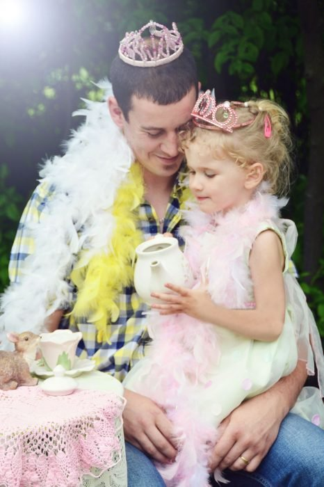 Padre e hija jugando al té