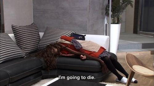 mujer recostada en un sillon diciendo que se va a morir
