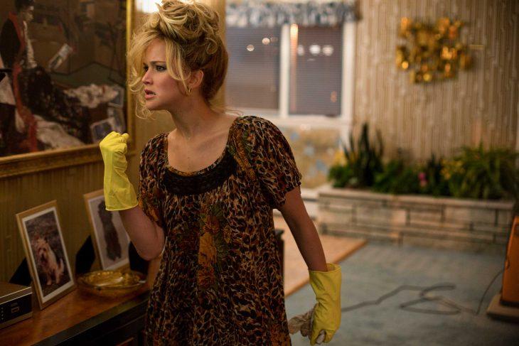 escena de la película escándalo americano jenifer lawrence limpiando la casa