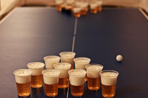 vasos acomodados en forma de pirámide con cerveza