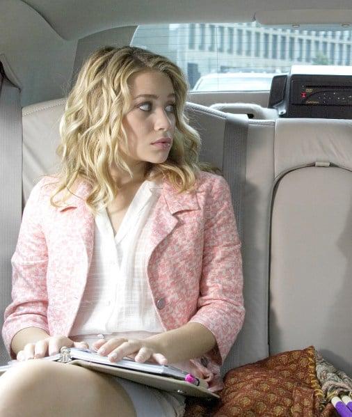 chica sentada en un carro revisando su agenda