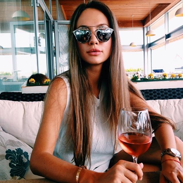 chica sosteniendo una copa de vino