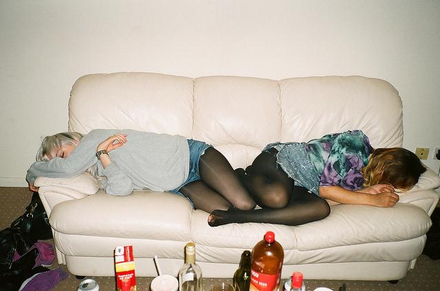 chicas recostadas en un sofá con resaca