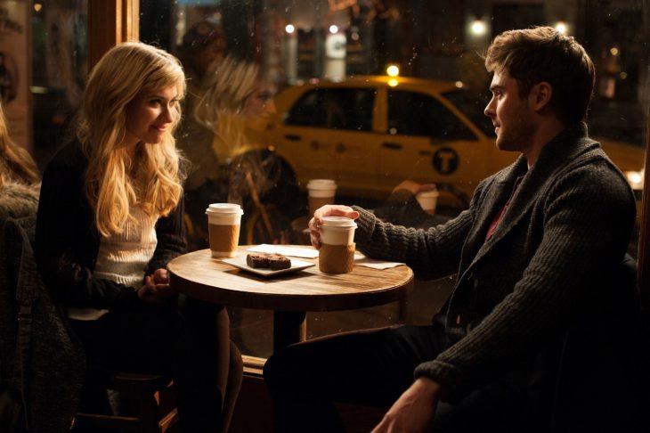 pareja sentados conversando en un café