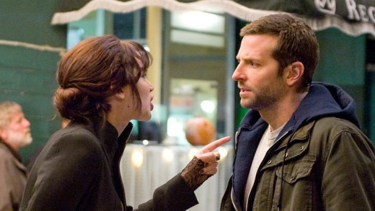 chica apuntando a su novio con el dedo hacia el pecho