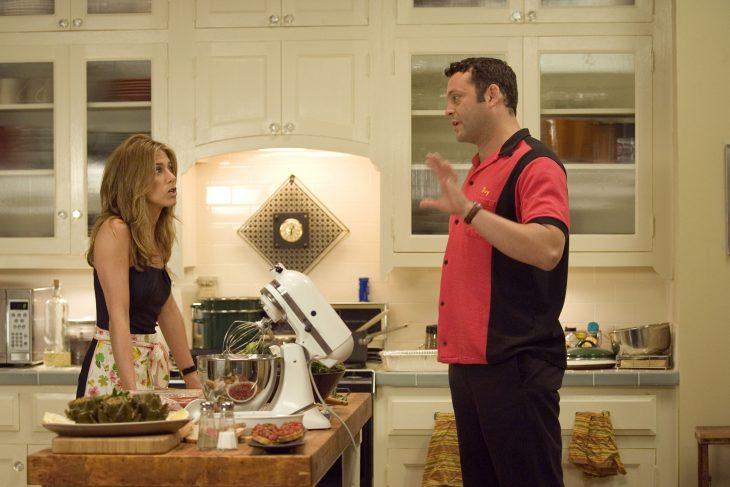 pareja de esposos peleando en la cocina