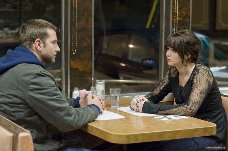 pareja de novios discutiendo en una cafetería