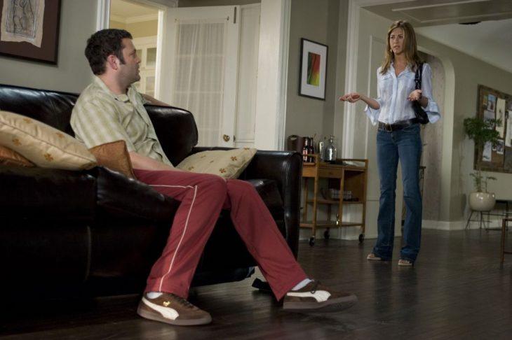 Escena de la película viviendo con mi ex, protagonistas peleando en la sala de su casa
