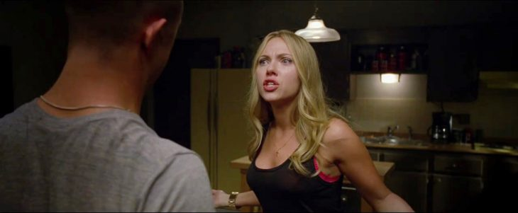 escena de la película un atrevido don juan donde la pareja esta discutiendo en la cocina