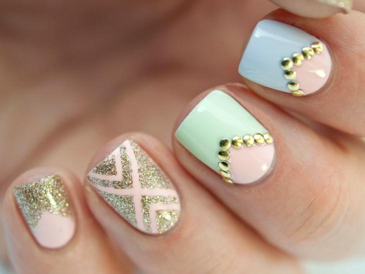 uñas de colores pasteles con piedras doradas