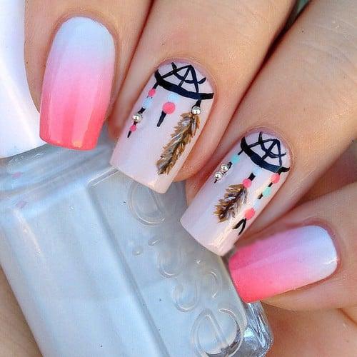 uñas de color rosa con un atrapa sueños