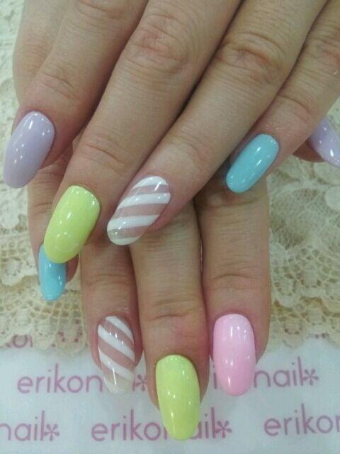 uñas con distintos colores