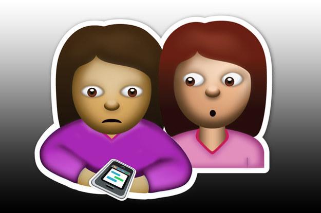 emoji de amigas revisando el celular