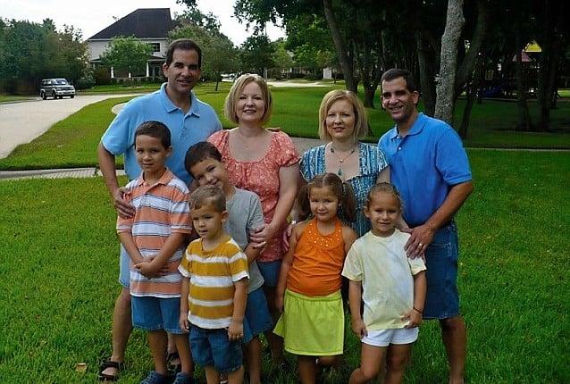 gemelos identicos casados con gemelas idénticas junto a sus hijos